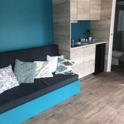 Dnevni prostor s kavčem mobilne hiške EKO