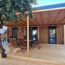 Hiška Kaktus z veliko leseno teraso