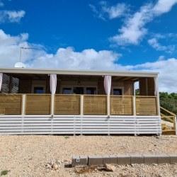 Mobilna hiška na plazi z veliko teraso