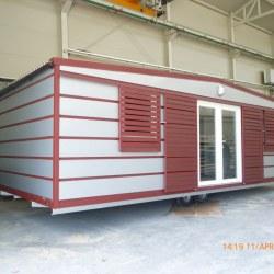 Mobilna hiška Hosekra v srebrni barvi v kombinaciji z rdečo mat