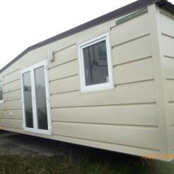 Mobilna hiška Magnolija brez značilnih barvnih črt na fasadi.