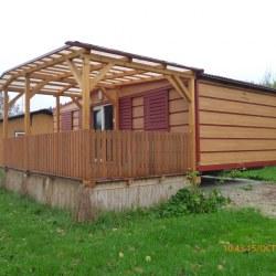 Magnolija mobilna hiška z bordo rdečo barvo v kombinaciji lesene imitacije hruške