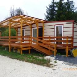 Mobilna hiška s teraso in klančino.