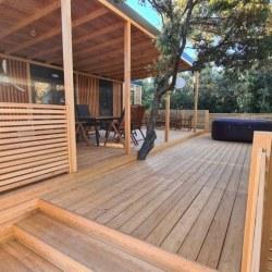 Lesena terasa za mobilno hiško