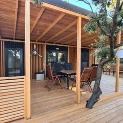 Lesena terasa z nadstreškom za mobilno hiško