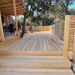 Lesena terasa z ograjo za mobilno hiško