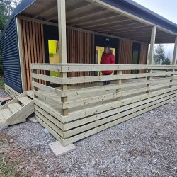 Pokrita lesena terasa mobilne hiške
