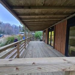 Svetla lesena terasa mobilne hiške