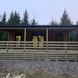 Velika lesena terasa mobilne hiške