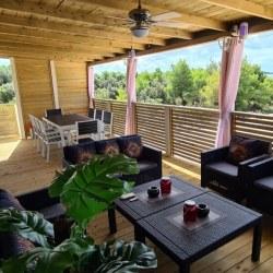 Velika lesena terasa mobilne hiške ob morju