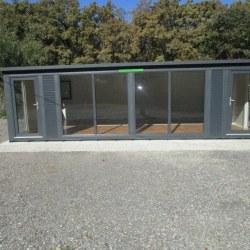 Antracit kontejner dvojni za pisarno z veliko stekla 37m2