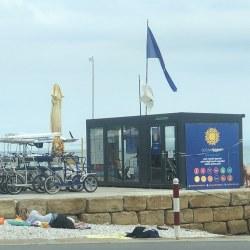 Kontejner kot turistična pisarna na plaži ob morju