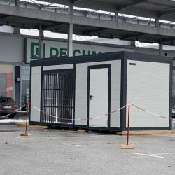 Požarno varni kontejner na parkirišču