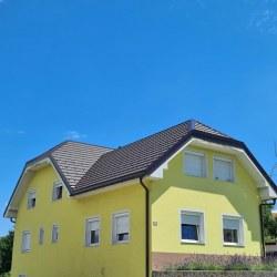 Streha pokrita s strešno kritino Hosekra Gladka rjava mat v kombinaciji z rumeno fasado
