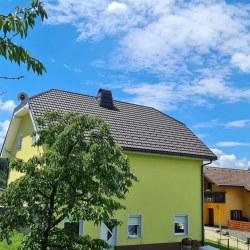 Streha pokrita s strešno kritino Hosekra Gladka v  mat rjavi barvi